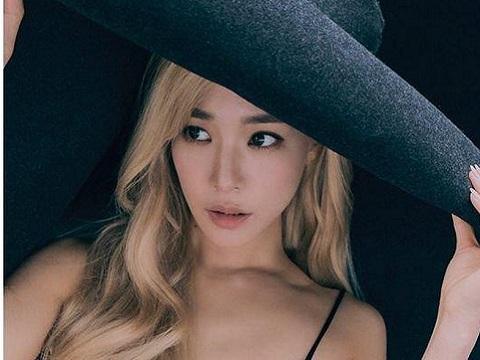 Fan lo lắng khi quản lý của nữ ca sĩ Tiffany SNSD dương tính với SARS-CoV-2