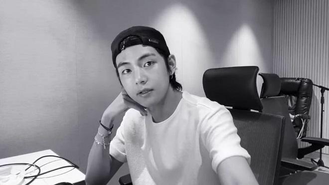 V BTS bất ngờ 'tung thính' về mixtape sắp phát hành vì... khó ngủ!