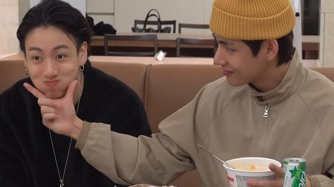 Lụi tim với cách xin đồ ăn cực yêu của bé út Jungkook BTS