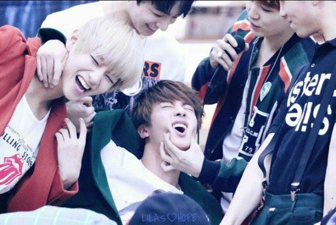 BTS, Jin, Jimin, Jungkook, Suga, RM, J-Hope, V, BTS 2021, BTS không cưỡng nổi việc hành hạ Jin, BTS đánh nhau, BTS hài hước, trai đẹp toàn cầu, BTS vieo, BTS ảnh