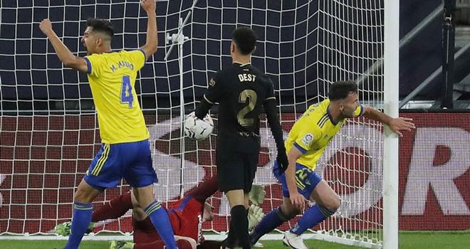 Bong da, Bóng đá hôm nay, Kết quả Cadiz Barcelona, Rooney thắng trận đầu làm HLV, Kết quả La Liga, Cadiz vs Barcelona, Barcelona thua sốc, Lịch thi đấu bóng đá hôm nay