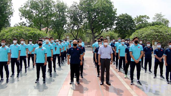 Tuyển Việt Nam dâng hương tại Đài tưởng niệm các Anh hùng liệt sĩ tượng đài Bắc Sơn