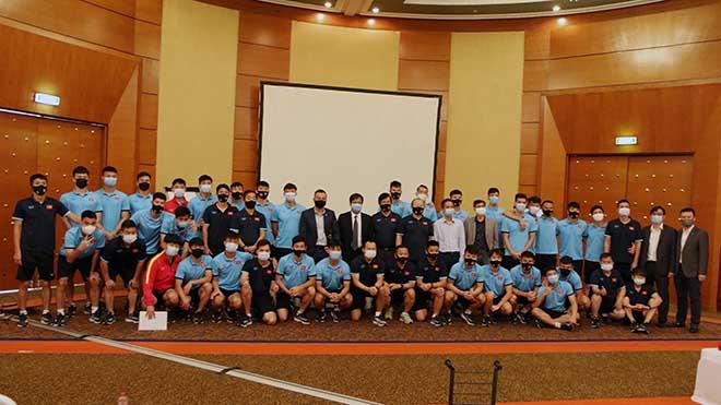 Đại sứ đặc mệnh toàn quyền Việt Nam tại UAE thăm tuyển Việt Nam