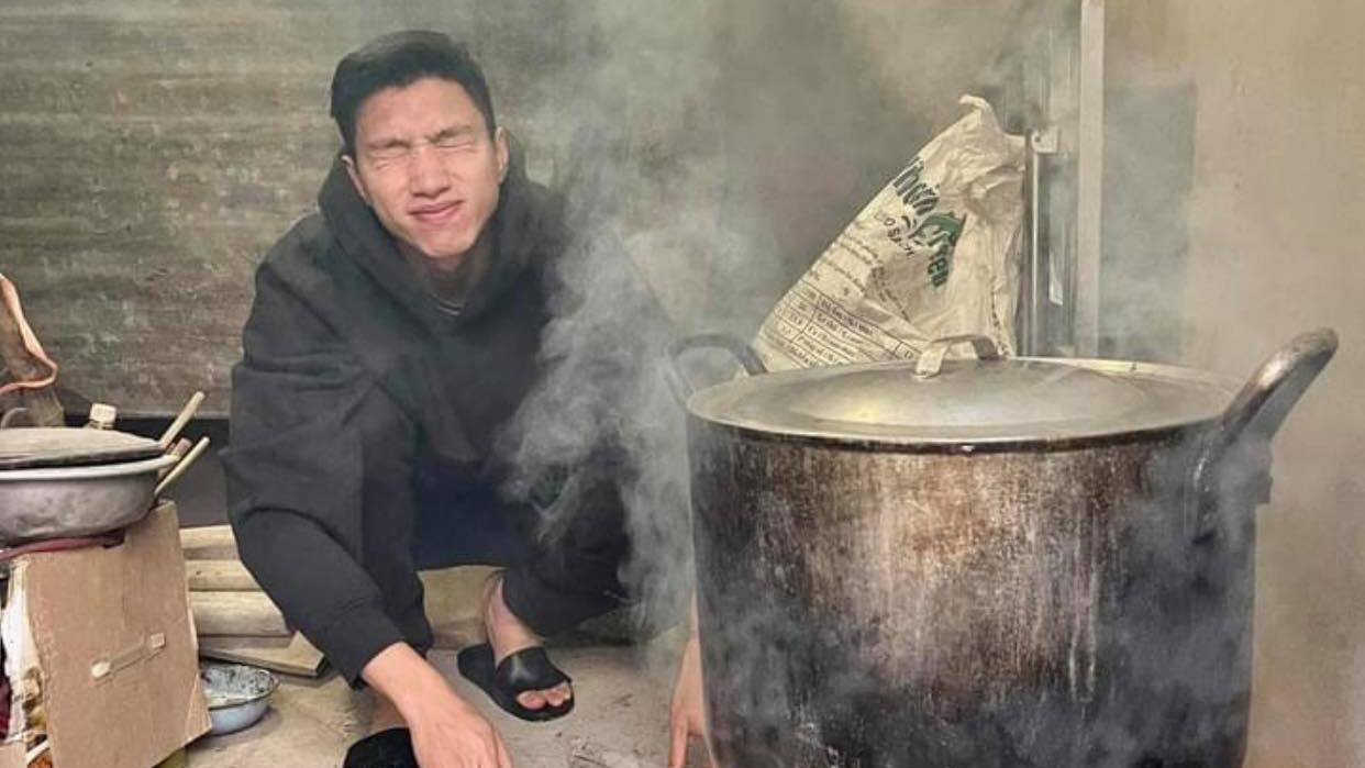 Đoàn Văn Hậu 'ngạt khói' khi nấu bánh chưng