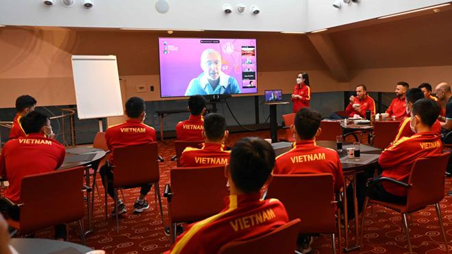 Tuyển futsal Việt Nam làm quen 'công nghệ VAR của futsal'