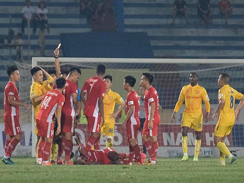HLV Văn Sỹ nổi đoá vì trọng tài trận Nam Định – Viettel