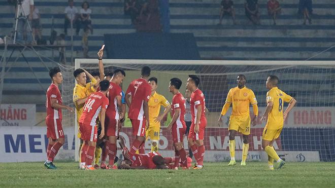 Bức xúc với trọng tài, CĐV Nam Định trút giận lên Quế Ngọc Hải và đồng đội