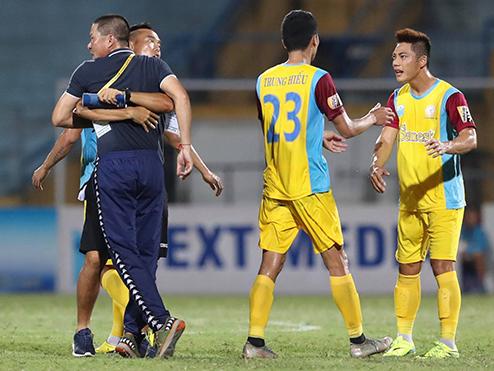Xúc phạm trọng tài, HLV Chu Đình Nghiêm bị treo quyền chỉ đạo 2 trận