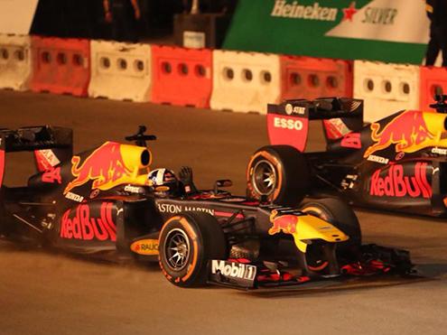 Diễu hành mô hình xe F1 ở Hà Nội