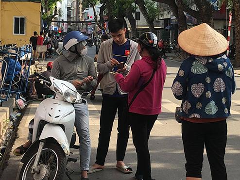 Lợi dụng nắng nóng, phe chợ đen tăng giá vé trận Hà Nội FC – HAGL