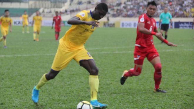SLNA 0-0 B.Binh Dương: Trọng tài bị khán giả phản ứng dữ dội