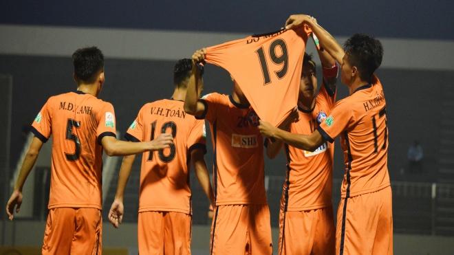 Hà Đức Chinh ghi bàn, giương áo Đỗ Merlo ăn mừng