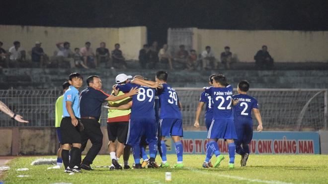 V-League 2017: Quảng Nam lên ngôi đầu, HLV Hoàng Văn Phúc bình thản