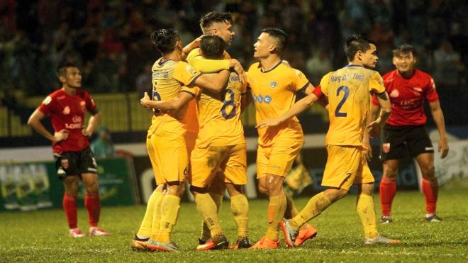 Có chiến thắng đầu tiên, HLV Hoàng Thanh Tùng cảm ơn khán giả nhà