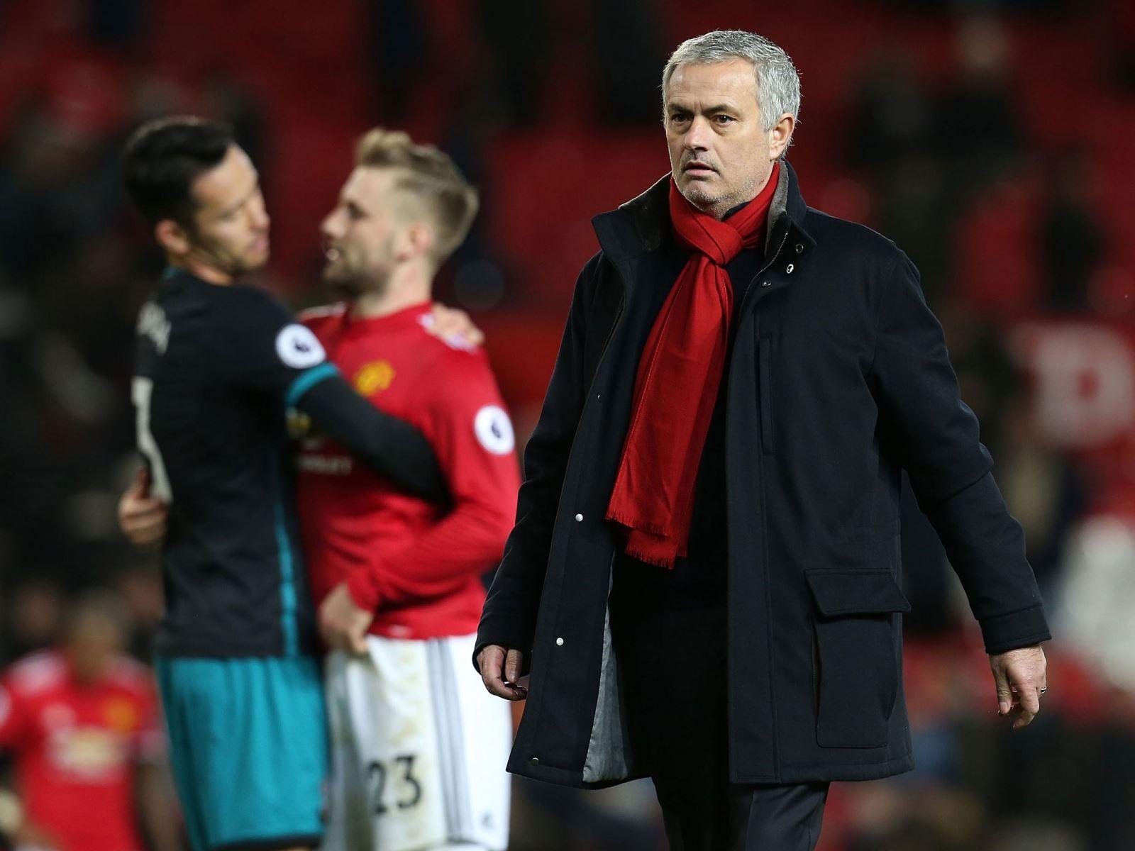 Mourinho dù đúng hay sai, cãi nhau với huyền thoại M.U là chỉ có... thiệt