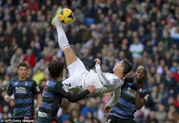 Xem lại tất cả những cú đá 'xe đạp chổng ngược' hỏng của Ronaldo