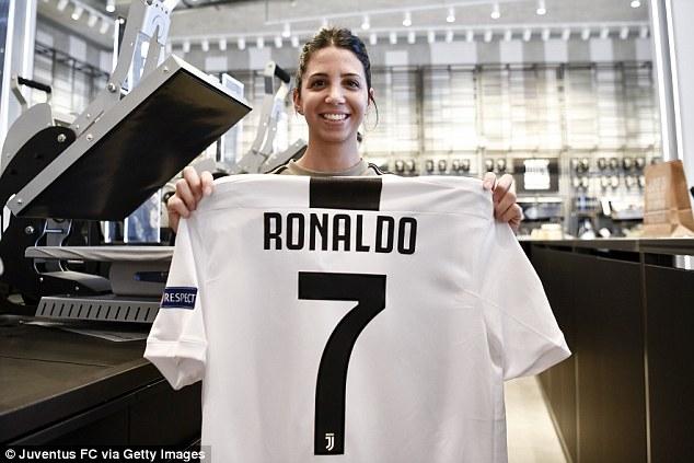 Fan Juve đổ xô đi mua áo đấu Ronaldo, háo hức chờ ngày ra mắt vào thứ Hai tới