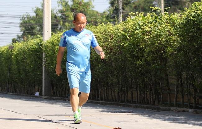 Xem thầy Park mệt bở hơi tai khi chạy bộ cùng các học trò U23 Việt Nam