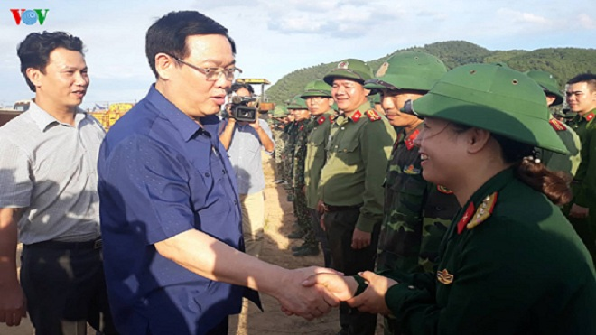Phó Thủ tướng Vương Đình Huệ thị sát, chỉ đạo chữa cháy rừng tại Hà Tĩnh