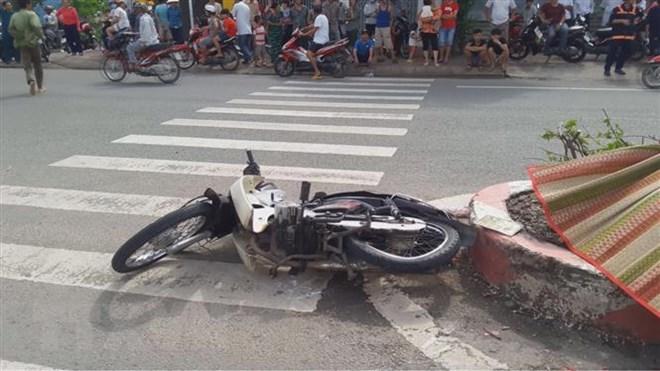 Thành phố Hồ Chí Minh: Xe ben tông 2 xe máy qua đường, 3 người thương vong