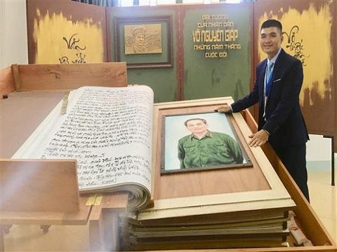 Quảng Bình tiếp nhận sách thư pháp lớn nhất thế giới về Đại tướng Võ Nguyên Giáp