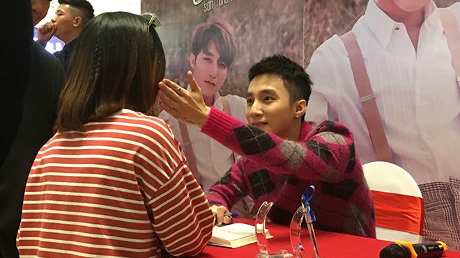 Sơn Tùng M-TP tặng hoa hồng cho các fan nữ trong buổi kí tặng sách 'Chạm tới giấc mơ'