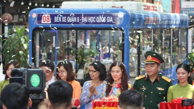 Từ xe buýt sách giữa lòng Sài Gòn sẽ tiếp tục mở tủ sách tại các trạm xe buýt