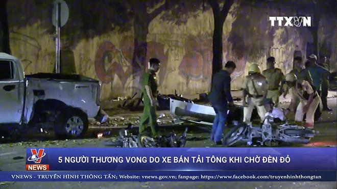 VIDEO cây đổ rạp, người nằm la liệt do xe bán tải tông khi chờ đèn đỏ