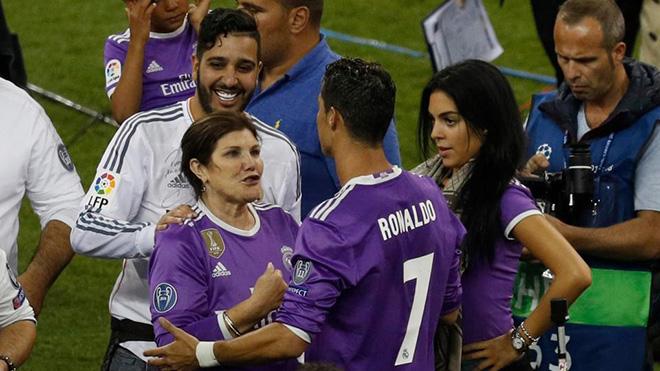 Mẹ Ronaldo sang Mỹ đón cặp song sinh, CR7 không màng dư luận