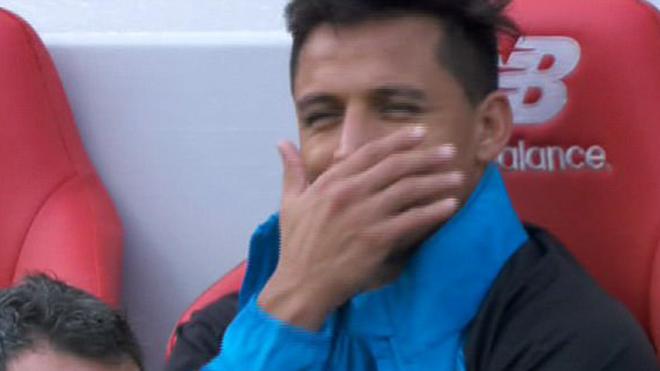 Giải mã điệu cười bí hiểm của Sanchez trong trận thảm bại của Arsenal trước Liverpool