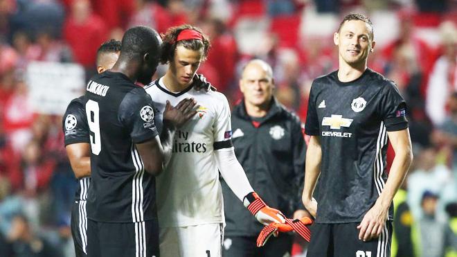 Hành động an ủi thủ môn Benfica của Lukaku khiến fan 'tan chảy', Scholes móc máy