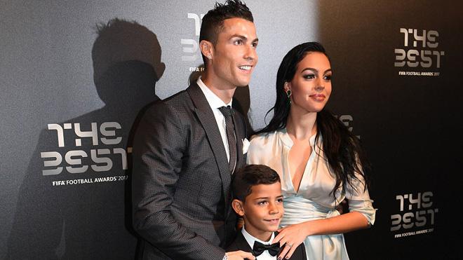 Khoảnh khắc The Best: Neymar kết thân với Ronaldo, bồ CR7 bầu sắp sinh vẫn đẹp mọi góc nhìn