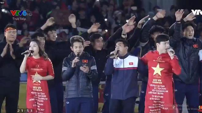 Hồng Duy 'gánh team' U23 Việt Nam, hát như ca sĩ ở gala vinh danh