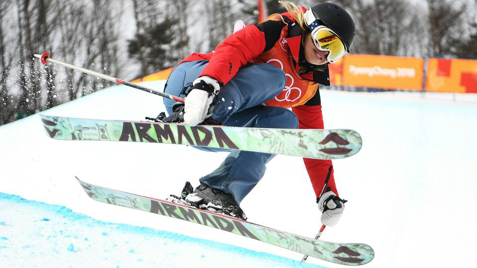 Fan phát cuồng vì nữ VĐV trượt tuyết... không biết trượt tuyết ở Olympic mùa Đông