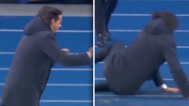 CHẾT CƯỜI: HLV Inzaghi trượt ngã vì ăn mừng quá phấn khích