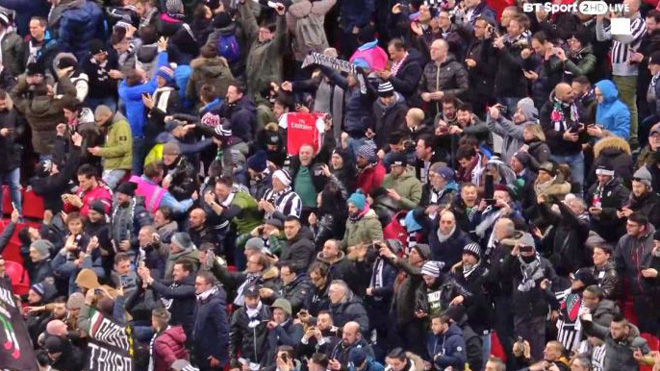 CĐV giơ áo... Arsenal ăn mừng bàn thắng của Juventus vào lưới Tottenham