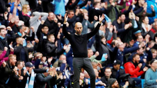 CĐV Man City tràn xuống sân chia vui với cầu thủ, Pep Guardiola nói gì?