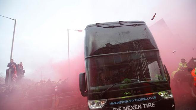Xe bus Man City bị tấn công, Guardiola giận dữ, Klopp cúi đầu xin lỗi