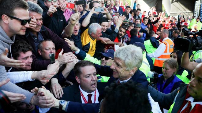 Arsene Wenger cúi đầu cảm ơn CĐV ở trận đấu cuối cùng với Arsenal