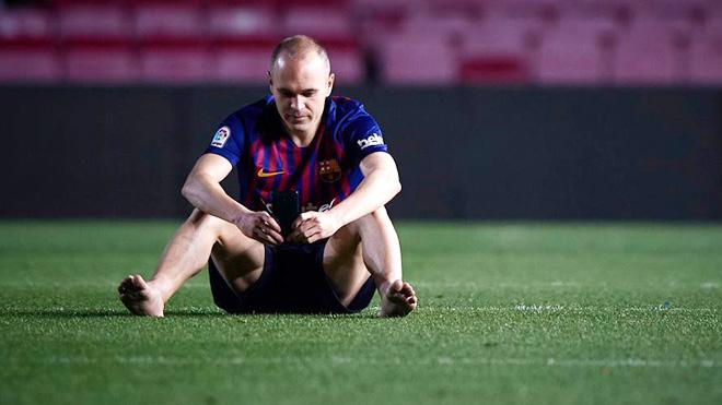 Fan Barca đau lòng, khóc nghẹn trước hình ảnh Iniesta chân trần ngồi đến 1h sáng ở Camp Nou