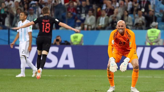 Hai đồng đội mắc lỗi ngớ ngẩn góp phần khiến Messi và Argentina thảm bại