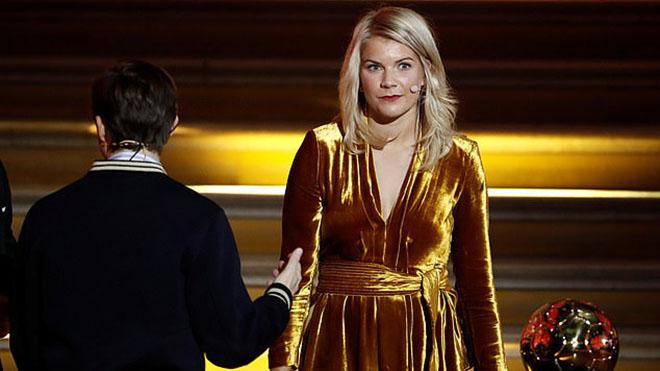 MC người Pháp bị chỉ trích dữ dội vì yêu cầu Quả bóng Vàng nữ nhảy sexy trên sân khấu