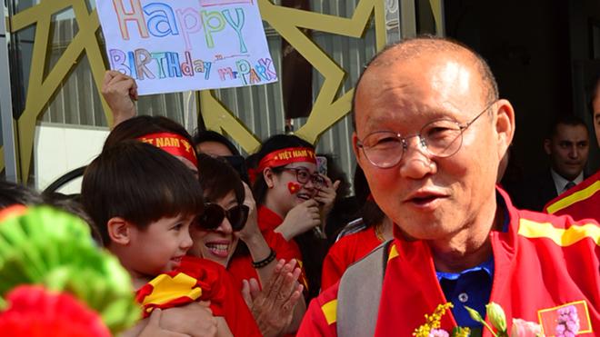 CẬP NHẬT sáng 5/1: CĐV chào đón Việt Nam ở UAE. Liverpool chia tay ngôi sao đầu tiên. Real đón tân binh từ Man City