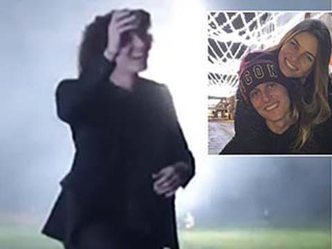 David Luiz chơi trội, bắn pháo hoa cầu hôn bạn gái nha sĩ