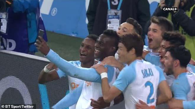 Balotelli ăn mừng cực dị: Giật điện thoại selfie ngay trên sân