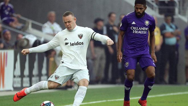 Rooney sút phạt thành bàn ở góc cực hẹp, đối thủ không hiểu chuyện gì xảy ra