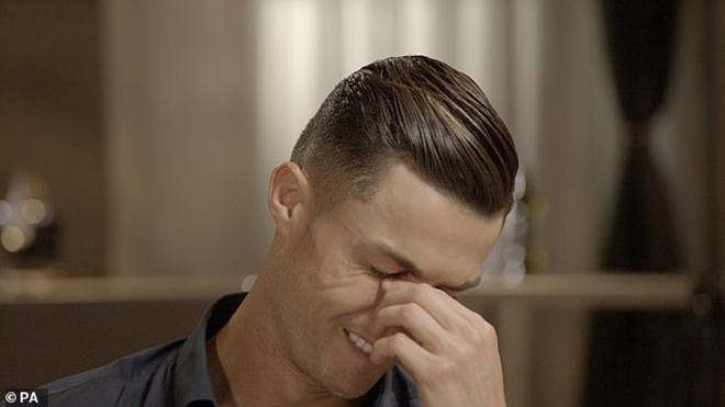 Cristiano Ronaldo bật khóc nức nở trên truyền hình khi nói về cha