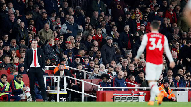 Đội trưởng Arsenal chửi CĐV nhà trên đường rời sân, Unai Emery nói gì?