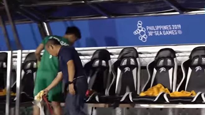 VIDEO: HLV Park Hang-seo ở lại dọn rác sau chiến thắng trước U22 Campuchia