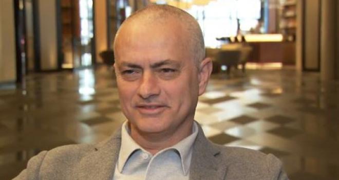 Bong da, bong da hom nay, Mourinho cạo trọc đầu, lý do Mourinho cạo trọc đầu, vì sao Mourinho cạo trọc đầu, Mourinho, người đặc biệt, Tottenham, MU, Mourinho cắt tóc